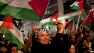 فلسطینیان در هنگام سخنرانی محمود عباس