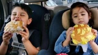 Niños comiendo pan