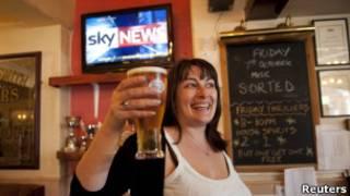 Karen Murphy em seu pub (Reuters)