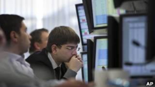 "Сотрудники ""Тройка диалог"" тревожно следят за биржевыми индикаторами"