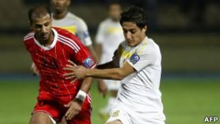 لاعب اربيل حيدر كرمان(يمين) و حسين حكيم لاعب الكويت