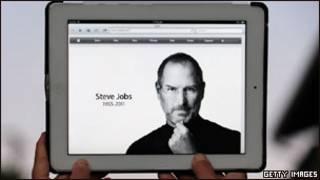 Trang chủ của Apple được thay đổi để tưởng nhớ ông Steve Jobs, hình ảnh trên máy iPad 2 ở Los Angeles