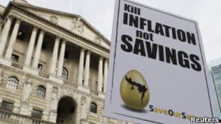 Транспорант, оставленный протестующими у Банка Англии