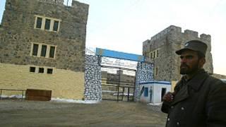 پلیس افغان در بیرون زندان پلچرخی