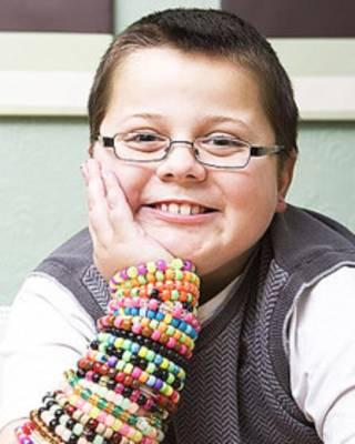 Harry Moseley com suas pulseiras (Foto: Cancer Research UK)