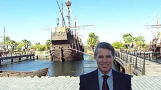 Cristóbal Colón de Carvajal diante da réplica de uma das caravelas de Colombo