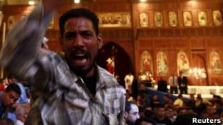 Cristãos coptas no Cairo protestam durante funeral de vítimas dos distúrbios de domingo (Reuters)