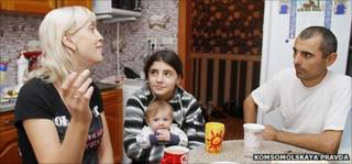 Юлия Беляева с дочерью Ириной, которую по ошибке отдали в другую семью