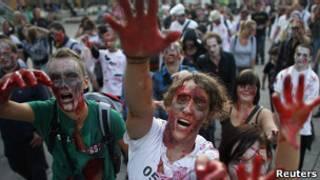 Люди в образе зомби на флешмобе в Вене