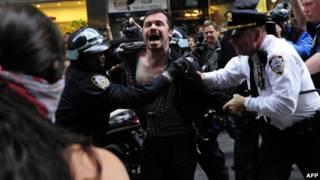 دستگیری عدهای از معترضان به والاستریت
