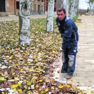 Morador realiza serviço público em Cuenca de Campos, Espanha (Foto: Cortesia - prefeitura de Cuenca de Campos)