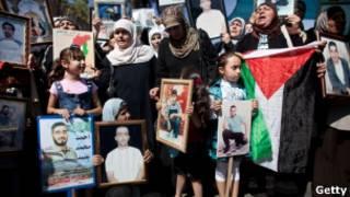 Palestinos em protesto, na última sexta, pela libertação de parentes detidos por Israel (Getty)