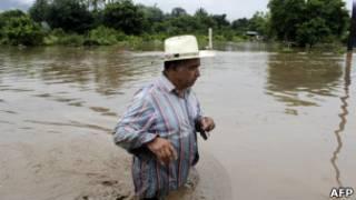 Мужчина по пояс в воде