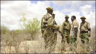 جنود كينيون بالقرب من قرية حدودية مع الصومال