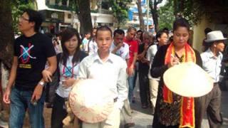 Bà Bùi Hằng (mặc áo dài) trong cuộc gặp 16/10