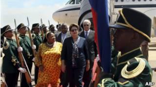 A presidente Dilma Roussef desembarca em Pretória.