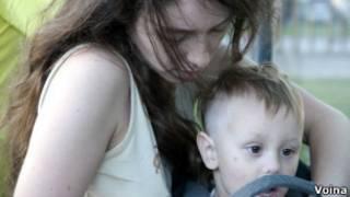 """Наталья Сокол с сыном (фото с сайта группы """"Война"""")"""