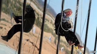 Ричард Брэнсон спускается с крыши здания космопорта