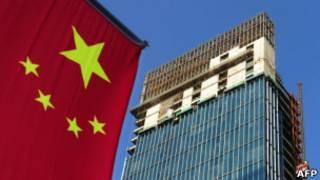 中國國旗和正在建設中的高樓