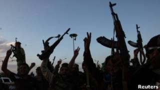 Бойцы Национального переходного совета Ливии празднуют взятие города Бани Валид