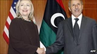 هیلاری کلینتون، وزیر خارجه آمریکا در حال دست دادن با مصطفی عبدل جلیل رییس شورای انتقالی ملی لیبی