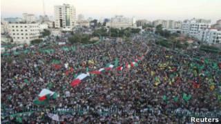 جموع في غزة تحتفل بعودة الأسرى