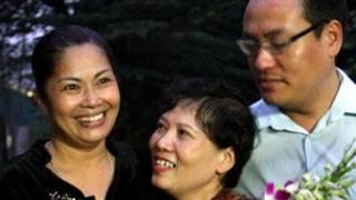 Bà Bùi Thị Minh Hằng (bìa trái) cùng bạn bè khi được trả tự do