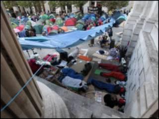在圣保罗大教堂庭院中宿营的反资本主义抗议者