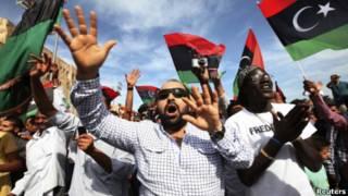 Жители Триполи празднуют смерть Каддафи