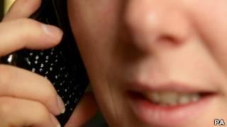 امرأة تتحدث في هاتف محمول
