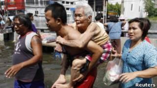 Эвакуация людей в пригороде Бангкока