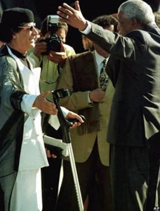 Khadafi e Nelson mandela (foto de 1999)