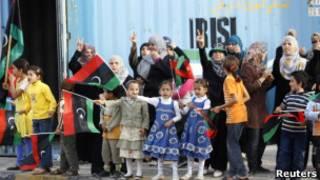 Pessoas fazem fila para ver corpo de Khadafi em Misrata (Reuters)