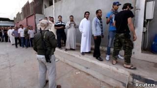 Người dân Libya xếp hàng vào xem xác ông Gaddafi