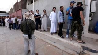 کرنل قذافی کی لاش دیکھنے کے لیے قطار