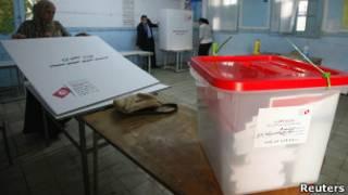 Урна для голосования на избирательном участке в столице Туниса