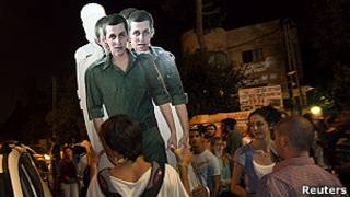 Фотографии Гилада Шалита на демонстрации в Израиле