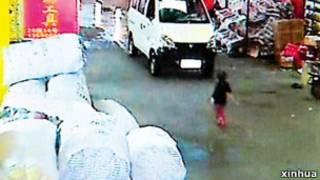 广东幼童小悦悦被车几度碾压而无人救助事件震撼中国社会。