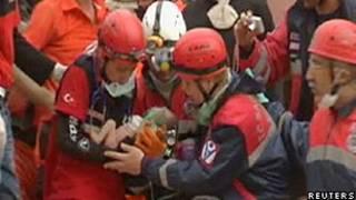 Equipes de resgate retiram bebê de escombros (Reuters)