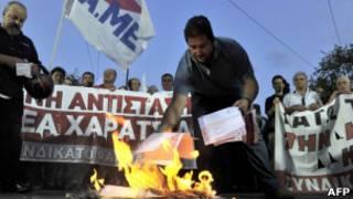 Протестующие в Афинах жгут свои налоговые декларации