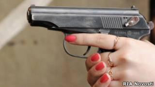 Женщина стреляет из пистолета