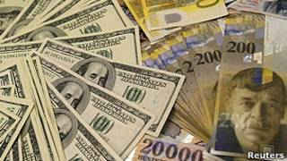 أوراق نقدية من الدولار واليورو والين