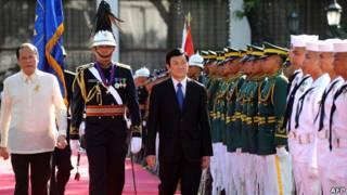 Ông Trương Tấn Sang và Tổng thống Aquino (bìa trái) duyệt đội danh dự