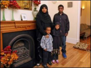 领取豪宅福利金的弗朗切斯卡·沃克尔和孩子