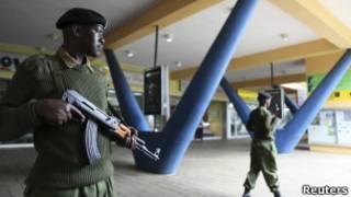 Polisi wa Kenya wakilinda maduka Nairobi