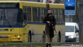 مسلح امام السفارة في سراييفو