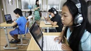 Niños en un salón con computadoras