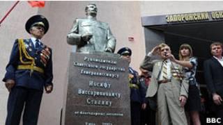Уничтоженный впоследствии памятник Сталину в Запорожье