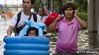Dân Thái Lan chạy lụt
