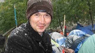 یک معترض جنبش اشغال وال استریت در زیر برف